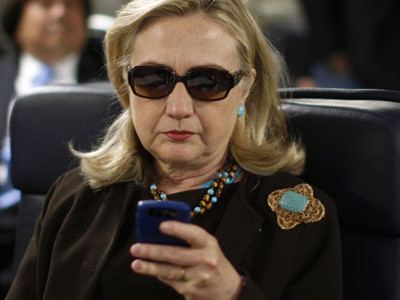 hillary-checking-email